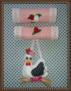 Pegador de geladeira, em feltro no tema galinha. Pode ser confeccionado na cor e tema desejado. R$ 30,00
