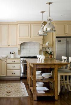 küchendesigns robuster Küchentisch und Hängelampen spiegelblak