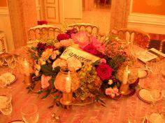Centro tavola floreale e sedie chiavarine dorate. #gold, #flowers, #table, #candle, #wedding, #calligraphy Matteo Corvino Set Designer