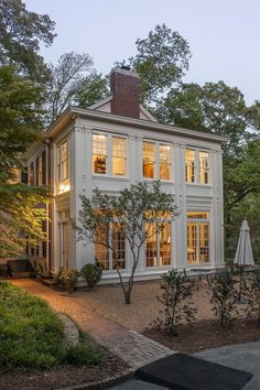 Side Yard Real Estate: Commonly side yard real estate is ignored. Perhaps a nod Dream House Ideas Commonly Estate Nod real Side yard Future House, My House, Farm House, Modern Farmhouse Exterior, Rustic Farmhouse, Colonial Exterior, Farmhouse Design, Farmhouse Ideas, Exterior Windows