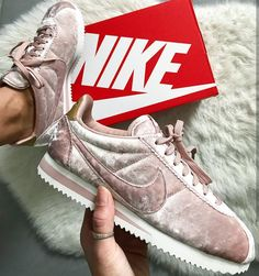 Nike Air Cortez velvet pink // Foto: fanamss |Instagram