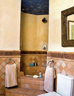 Decorada con muebles recuperados o hechos a medida y vestida con ladrillo, barro cocido y azulejos, esta casa luce, en 50 m2, toda la belleza y gracia del estilo andaluz.
