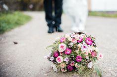 Mitte April feierten Juliane und Alexander eine kleine, rustikale Hochzeit mit russisch-französischen Einflüssen im Scherauer Hof in Leinburg. Mit Hilfe und Anregung von Kola Weedingz haben sie wun…