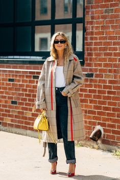 The Best Street Style at New York Fashion Week Spring 2020 New York Fashion Week Street Style, Spring Street Style, Cool Street Fashion, Casual Street Style, Street Chic, Sandro, New York Outfits, Scandinavian Fashion, Chanel