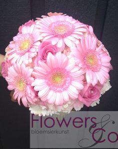 Bruidsboeket gerbera. U kunt ook voor andere kleur- en bloemcombinaties kiezen. Wij adviseren u graag over de mogelijkheden.