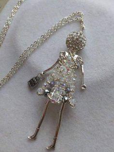 Collana Bambolina con vestito di perline cucito a mano 5