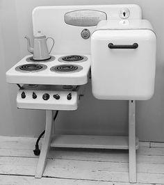 Electrochef Model B-2 electric stove in white enamel, designed by Warren Nobel of Detroit Edison in 1929 for Electromaster Inc. Detroit