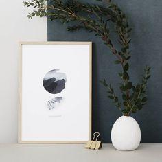 """De retour sur Bordeaux, et prête à m'occuper de toutes vos commandes! Je vous présente aujourd'hui une autre nouveauté issue de la dernière collection : L'affiche A4 """"Moon"""" imprimée sur papier Fedrigoni en édition limitée et dispo ici 👉 www.oakgallery.etsy.com #oakgallery #newcollection #ss2016 #poster #graphic #moon #blackandwhite #affiche #wallart #printedinfrance #limitededition #etsy #green"""