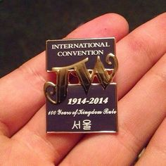 Un hermanos hizo estos pines para regalar a los delegados de la Convención Internacional en Corea del sur.