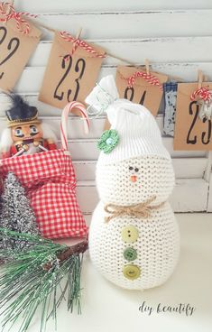 Turn an old sweater into an adorable sweater snowman! Perfect for gift giving, and easy to make. Find the full tutorial at DIY beautify! Quick Crafts, Diy Crafts Hacks, Old Sweater Crafts, Diy Snowman, Sock Snowman, Snowmen, Memory Crafts, Diy Christmas Ornaments, Christmas Wreaths