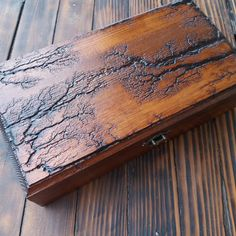The box is made in technique Lichtenberg wood burning figure. An elegant, practical gift for mens that is also a fine piece of furniture. Included are 6 cushions.