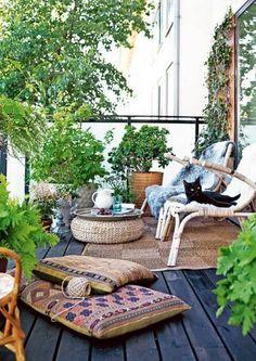 vintage-atmosphäre-Balkon-Möbel-Kaffeetisch-geflochten-Armlehnstühle-dekorativ-teppich