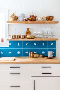 Juxtaposing blue tiles with white subway ones creates a dramatic effect in this kitchen. And, those star patterns in the center of the tile lifts the look a notch higher. Imagine how drab it would look without that pattern! IC: Marisa Vitale via Domino Classic Kitchen, New Kitchen, Kitchen Ideas, Kitchen Updates, Kitchen Inspiration, Kitchen Tips, Design Inspiration, Blue Tiles, Modern Kitchen Design
