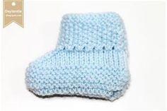 Ambos são o mesmo sapatinhos em luzes diferentes. A fita ajuda a moldar o sapatinho. Agulhas: 3,0 Fio: Cisne Super Bebê Azul 6614...