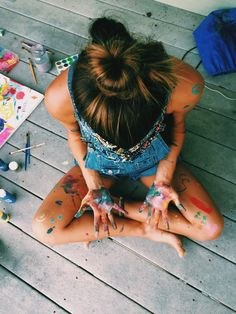 Chica con las manos llenas de pintura