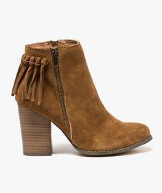 Boots dessus cuir pour femme avec franges. Boots à talon haut de 9 cm, fermeture zippée et fermeture décorative.