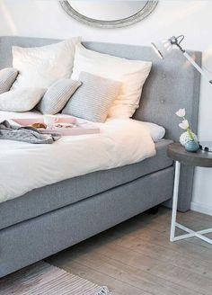 »Sanft schlafen« | Cooler Kuschel-Look macht Laune auf Frühstücken im Bett. Boxspringbett Sun und Tischleuchte Octavia.