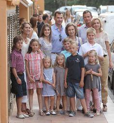 La reina de España, Sofía de Grecia, con los príncipes de Asturias, Felipe de Borbón y Letizia Ortiz con sus hijas Leonor y Sofía y junto a la infanta Elena y los duques de Palma con sus respectivos hijos, el 6 de agosto de 2011 en Palma de Mallorca