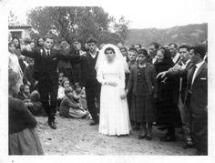 """Χαρές λοιπόν ονόμαζαν τους γάμους .""""Στις χαρές σου"""" λέγανε συχνά στις προπόσεις τους με κρασί ή κεράσματα.Στην παλιά Μάνη, σε καμία άλλη περίπτωση δεν τραγουδούσαν και δεν χόρευαν, εκτός από το γάμο."""