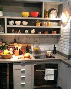 Bom dia com a cozinha mais charmosa ever! Por Lucila, da Casa de Valentina! Amei a cor da marcenaria, que combinou perfeitamente com o revestimento do momento, os Subway Tiles! {} @highdesignexpo @designweekendsp #olioliteam #oliolinahighdesign #oliolinadw #almocodesextanadw
