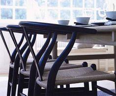 """Ovan Wegners Y-stol som troligen är den mest omtyckta trästolen just nu. I bilden ovan har man matchat bordets färg med repsits, och låtit stolarna själva avvika i svart för lite """"bett"""" i gruppen. Gillar när man får till materialmatchning som att träet matchar rep, i samma nyans men olika material."""