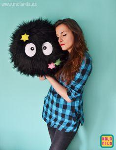 Susuwatari pillow with stars by Mola Pila. Shop: www.molapila.es Facebook: MOLA PILA #susuwatari #sootsprite #totoro     #toydesign #kawaii