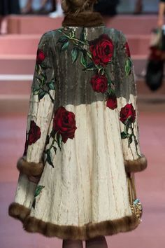 Dolce & Gabbana at Milan Fashion Week Fall 2015 - Details Runway Photos Plus Size Casual, Looks Vintage, Mode Outfits, Mode Style, Types Of Sleeves, Beautiful Outfits, Ready To Wear, Fashion Design, Fashion Trends