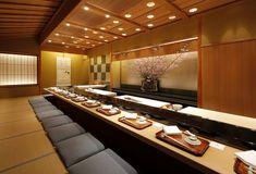 久兵衛 銀座本店 Kyubei Sushi Main Restaurant in Ginza (Tokyo) ⛩️ Japanese Restaurant Interior, Japanese Interior, Japanese Design, Restaurant Booth Seating, Restaurant Counter, Restaurant Ideas, Sushi Bar Design, Sushi Counter, Asian Interior