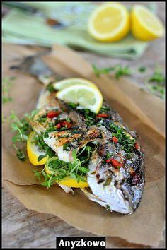 Pikantna dorada z grilla       Przepyszna ryba pachnąca ziołami.   Lekka i niezwykle aromatyczna.     Składniki :     2 świeże dorady  1 ...