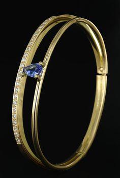 Gouden armband als herinnering. Vervaardigd van gedragen goud  en diamant en peer geslepen Saffier uit ketting van oma.