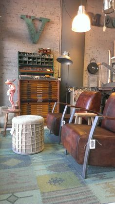 2 stoere fauteuils in industriele setting