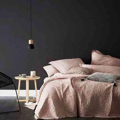 Envie d'une déco chambre gris et rose ? Comment introduire ces deux couleurs dans son intérieur moderne : une galerie de 29 chambres fabuleuses.
