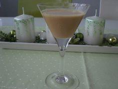 Kokos nasucho opražíme, zalijeme neslazeným mlékem a povaříme asi 5 minut za stálého míchání. Odstavíme a přidáme zkaramelizované mléko, nalijeme... Baileys, Margarita, Whisky, Martini, Tableware, Glass, Dinnerware, Drinkware, Tablewares