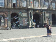 Bolle di sapone in piazza del plebiscito a napoli