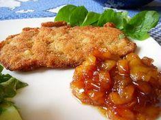 Receita da culinária austríaca de schnitzel com purê de maçã, feito com carne de porco empanada.