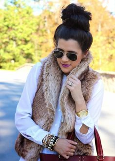 Short camel fur vest with a white shirt, brown handbag, gold jewelry