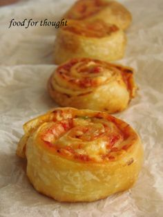 Food for thought: Πιτσάκια ρολά Greek Recipes, Desert Recipes, Cookbook Recipes, Cooking Recipes, Confort Food, Good Food, Yummy Food, Greek Cooking, Breakfast Snacks