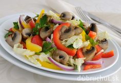 ŠALÁT SO ŠAMPIŇÓNMI (šampiňóny, červená a žltá paprika, červená cibuľa, čínska kapusta, petrž. vňať, oliv. olej, citr. šťava, soľ, korenie)