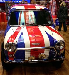 Union Jack Mini Cooper (although, in fact, the successful new re-launch of the Mini is a product of BMW) Union Jack, Classic Mini, Classic Cars, Style Anglais, Automobile, British Things, Mini Cooper S, Mini Things, Bmw