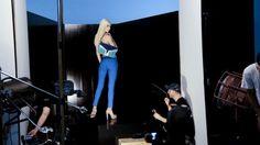 Após anos apostando em atrizes nacionais em suas campanhas, a Arezzo irá nos surpreender na de Verão 2013: a estrela será a top brasileira mais requisitada no momento: Aline Weber. Algumas imagens do backstage para vocês terem uma ideia do que virá por aí: Giovanni Bianco dirigiu a campanha e a escolha do fotógrafo também …