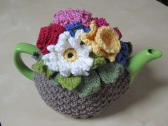 ❥Knit Tea Cosies, Mug Hug Snugs and Cuppa Cosies. Flower Basket Tea Cosy pattern by fairisleRona on Etsy, Finger Knitting, Knitting Yarn, Knitting Patterns, Crochet Patterns, Scarf Patterns, Free Knitting, Knitting Projects, Crochet Projects, Knitting Tutorials