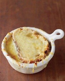 This reinterpretation of French onion soup adds bacon for deep satisfying flavor. For a classic touch, make sure to include the broiled cheesy bread top. Soup Recipes, Cooking Recipes, Recipies, Garlic Recipes, Bacon Recipes, Cooking Tips, Bacon Soup, Bacon Bacon, Turkey Bacon