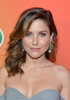 Sophia Bush looked oh-so-pretty wearing this wavy side-parted 'do at the NBC Upfront Presentation.