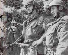 Trois hommes de la compagnie D du 2nd Oxfordshire & Buckinghamshire Light Infantry du major John Howard photogarphiés à Herouvillette. De gauche à droite: le Pvt Frank Gardner (tué en mars 1945 pendant l'opération Varsity), le lieutenant Brian Priday (grièvement blessé au visage le 12 juin il décède de ses blessures), le caporal H-B Lambley (tué dans les Ardennes en décembre 1944).