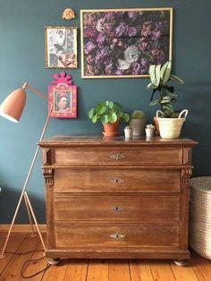 Hereinspaziert! 10 neue Wohnungseinblicke | #SoLebIch Foto von Mitglied Nikogwendo #livingroom #Wohnzimmer #vintage #bluewall #walldecor #wandgestaltung #bilderrahmen #frame #kommode