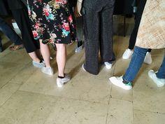 Quando a passarela é de cor clara, todo mundo que precisar passar por ela antes do desfile usa sapatilhas descartáveis. | 21 imagens que mostram a real dos backstages da Semana de Moda de Paris