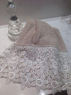 Toalha para lavabo em algodão egípcio Linen Baskets, Decorative Hand Towels, Elephant Applique, Handmade Baby Blankets, Shabby Chic Pillows, Bath Linens, Ribbon Work, Lace Making, Bathroom Towels