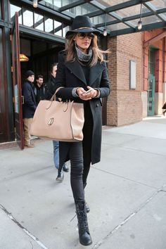 Alessandra Ambrosio wearing a wide brim winter hat. Sometimes a beanie just won't do, and a wide-brim topper makes for a chic alternative—as evidenced by the model in all black. Wool Hat Outfit, Black Hat Outfit, Black Hats, Glamouröse Outfits, Outfits With Hats, Fall Outfits, Fashion Mode, Look Fashion, Winter Fashion