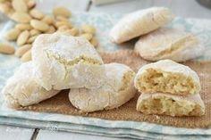 I RICCIARELLI MORBIDI sono i classici biscotti toscani a base di mandorle che si fanno in occasione delle Feste, la mia ricetta e' pu' veloce