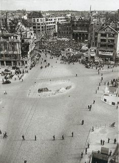 BERLIN am 21. August 1948, Polizisten markieren den Grenzverlauf am Potsdamer Platz, Übergang zum Sowjetischen Sektor